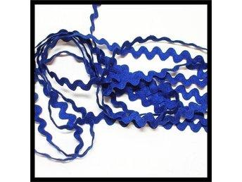 ** Klassiskt Sick-Sack band, Kornblått - 3 Meter - Karlstad - 3 Meter Kornblått Sick-Sack band i 100% Bomull. Ett tidlöst klassiskt band som är fint att dekorera såväl kläder som heminredning och pyssel med. Bandet som kommer från gammalt lager är Nytt / oanvänt Bredd: ~10 mm Längd: 3 meter Mitt - Karlstad