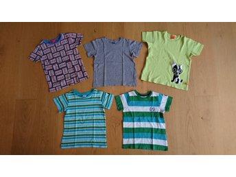 Paket med fem t-shirts t-shirt Polarn o Pyret LipFish Stadium Me&i, stl.110-116 - Lund - Ett paket med fem t-shirts. Översta raden: Me&i, hel och ren men tvättblekt (storlek 110-116), grå enfärgad från Stadium, kanonskick (storlek 110-116), limegrön med hund från LipFish, kanonskick (storlek 110). Nedersta raden Polarn o Pyret,  - Lund
