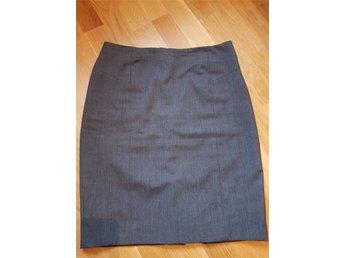 Javascript är inaktiverat. - Göteborg - Grå kjol i klassisk penn-modell. Material polyester. Storlek 40 (dock är den liten i storleken, och motsvarar troligtvis storlek 38). Sprund och blixtlås bak. - Göteborg