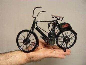 Modellcykel står Harley Davidson på. modellmotorcykel är handgjord cykel Ny - Nyköping - En modellmotorcykel med det amerikanska trycket Harley Davidson på och som är byggd av olika vertygsmaterial ( enligt bilder) Dessa modell cykel är handgjorda och är samlarartiklar. Vikt: ca 390 gram Längd: ca 27 cm Höjd: ca 16 cm Materi - Nyköping