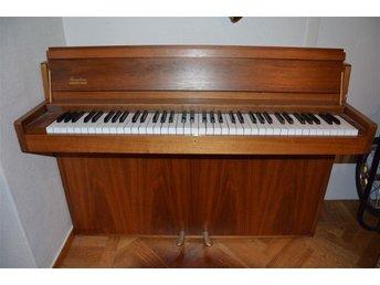Piano med tillhörande pall. En oktav mindre än fullstorlek. - Kalmar - Piano med tillhörande pall. En oktav mindre än fullstorlek. - Kalmar