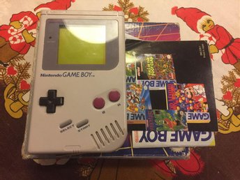 Gameboy DMG-01 1989 med spelen Tetris, Sneaky Snakes, Mickey Mouse och Kick Off
