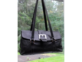 Fintidlös BOXCA svar väska med två långa remar i äkta läder med fina detaljer