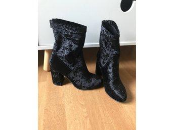 Skor stl 36 Tiamo - Kävlinge - Högklackade skor i sammetsmaterial i storlek 36 från märket Tiamo. Skorna är i mycket bra skick, har endast använts en gång då jag skulle på fest. Säljer för att jag inte använder högklackat till vardags. Jag skickar spårbart om i - Kävlinge