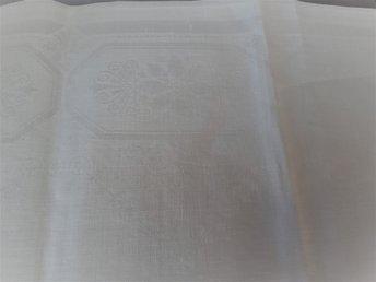 Javascript är inaktiverat. - Bålsta - Lite stil & klass till STUDENTFESTEN eller finkalaset...en äldre vacker genuin linneduk 128 x 130 cm. - OBS! NYTVÄTTAD och MANGLAD, en liten fläck finns kvar på kanten! ------ Nytillverkad duk i liknande kvalité kosta ca 1000-1700 kr A litt - Bålsta
