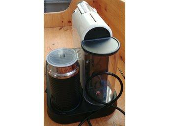 Javascript är inaktiverat. - Haninge - Nespresso kaffemaskin med mjölkskummare använd men bra skick men det finns ett litet märke som inte stör funktionen.Det är den lilla svarta pricken på ena bilden som knappt syns.Mjölkskummare har endast testat en gång - Haninge