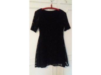 svart klänning med kort ärm