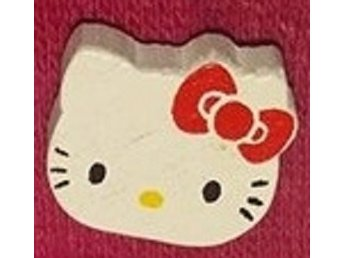 Träbrosch  Hello Kitty ansikte röd 14x16mm 1 st