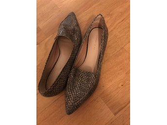 kvinna ladies Charles and Keith flat shoes size 38