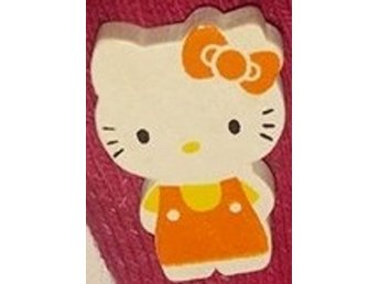 Träbrosch Hello Kitty orange/gul helkropp 24x17mm 1 st