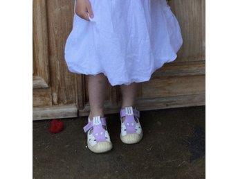 Kavat sandaler i lila och vitt, storlek 28 (innermått ca 177 mm) - Nödinge - Kavat sandaler i lila och vitt, storlek 28 (innermått ca 177 mm) - Nödinge