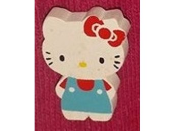 Träbrosch  Hello Kitty turkos/röd helkropp 24x17mm 1 st