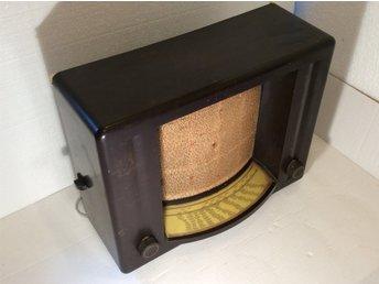 Philips bakelitradio med mkt originellt utseende. Gammal radio fr. 1930-talet. - Nol - Philips bakelitradio med mycket originellt utseende. Gammal radio från 1930-talet. Mått ung: 45 x 21 x höjd=34 cm Ej provad. Säljes i bef. skick som prydnads/samlarobjekt/renoveringsobjekt. Det är en mindre skada på högtalartyget Bakelitlåda - Nol