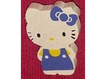 Träbrosch  Hello Kitty blå/gul helkropp 24x17mm 1 st
