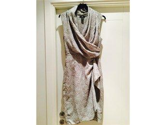 Stilfull dressad fin klänning med drapering i gråa toner chiffong stl 36 - Jönköping - Stilfull dressad fin klänning med drapering i gråa toner chiffong stl 36 - Jönköping