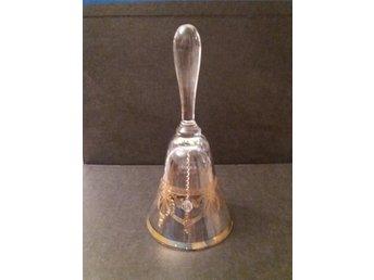 Javascript är inaktiverat. - Farsta - 1 st vacker munblåst bordsklocka i kristall med etsad gulddekor ur serien Sergel från Duka. Den är i riktigt fint skick utan några nagg eller sprickor och den är klar och fin i glaset. Den är helt oanvänd. Storlek: Höjd ca 17,4 cm. Diamet - Farsta