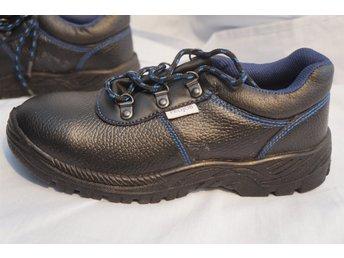 Javascript är inaktiverat. - Norrtälje - Svarta Skydds skor med blå markerade sömmar i hög säkerhetsklass. Unisex. Design Pro Job. Storlek 40. - Norrtälje