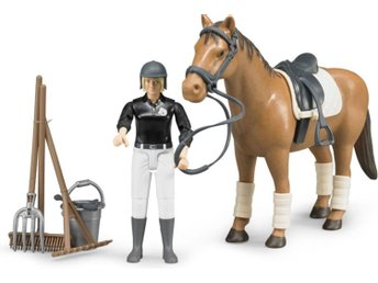 Javascript är inaktiverat. - Varberg - Bruder riding set with posable figure in riding clothes with crop, horse with saddle and bridle, plus bucket, pitch fork, broom and rake. Bruder - just like the real thing - Scale 1:16 - Varberg