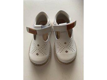 Jättefina Kavat sandaler i stl 24