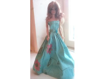 Barbie - vacker handsydd turkos klänning till Barbie i broderad äkta siden - Stockholm - Barbie - vacker handsydd turkos klänning till Barbie i broderad äkta siden - Stockholm