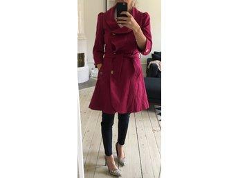 Javascript är inaktiverat. - Stockholm - Cerise-rosa kappa Från Topshop. Feminin modell med markerad midja och volangdetalj i kragen.Knapparna är guldfärgade och är även dekorativa detaljer på ärmslut samt vid fickorna. Stl: 38 (men rel liten i storleken, jag är normalt en 36 - Stockholm