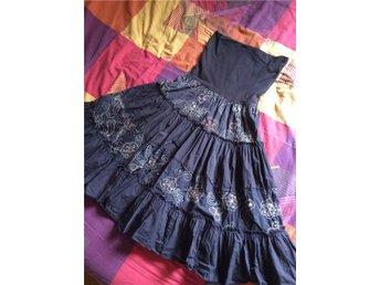 St Tropez lång mörkbrun kjol med volanger och broderier - Falkenberg - St Tropez lång mörkbrun kjol med volanger och broderier - Falkenberg