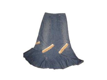 Javascript är inaktiverat. - Skebobruk - Välkommen till Kejdo auktion! Kika gärna våra auktioner att länk nedan: http://www.tradera.com/auktioner/kejdo http://www.tradera.com/auktioner/kejdo06 En jättesnygg stretchigt jeans kjol i stl.38/40. Fina glittrande paljetter detaljer oc - Skebobruk