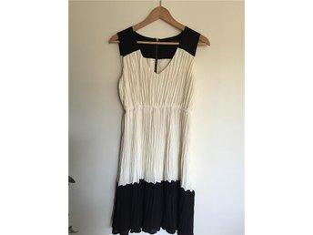 Klänning Zara plisserad vit/svart - Huddinge - Klänning Zara plisserad vit/svart - Huddinge