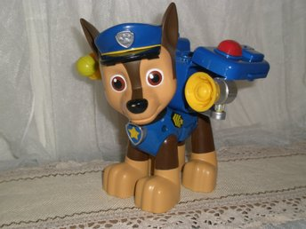 PAW PATROL CHASE THE POLICE PUP 19 cm LÅNG 16.5 cm HÖG ACTION PACK FINT SKICK