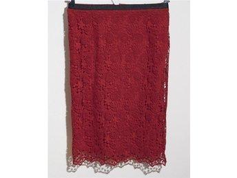 Javascript är inaktiverat. - Stockholm - Zara röd spets kjol, storlek 36 midja 71 cm hip 89 cm längd 60 cm från zara - Stockholm