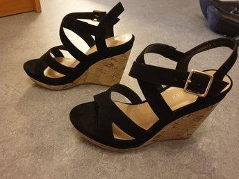 svarta sandaletter med kilklack
