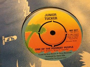 Junior Tucker: One Of The Poorest People (1980/UK/7inch/Island) - Sollerön - Engelsk original singel från 1980. Mycket bra skick. Givetvis ingår vit skivpåse (eller skivbolagspåse) till singeln. Läs gradering. Island WIP 6577 UK 1980 Skick på omslag: Skick på skivan: EX Vinyl-Singel Skickar med vanlig post för  - Sollerön
