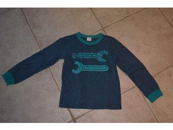 Långärmad tröja från Polarn och Pyret med verktyg på. Stl. 122/128. - Katrineholm - Långärmad tröja från Polarn och Pyret med verktyg på. Stl. 122/128. - Katrineholm
