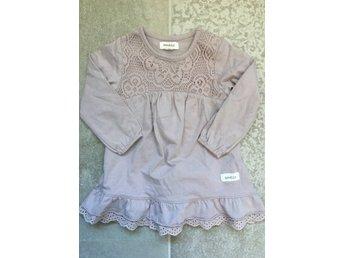 Newbie stl 80 klänning volang spets syskonmatchning match lila
