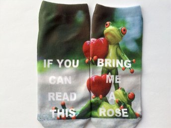 "Roliga strumpor med texten  "" If you can read this bring me a rose"""