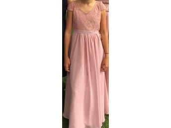 Javascript är inaktiverat. - Växjö - Jättefin Puderrosa klänning till bröllop eller fest. Spets upptill. Uppsydd nertill och passar tjej i 12 års åldern som är ca 150 cm långNypris 1500 kr - Växjö