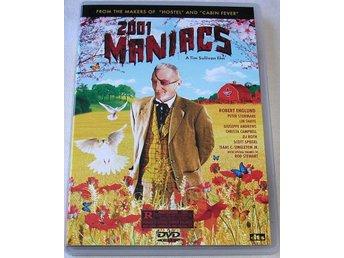 """2001 Maniacs (DTS) (DVD) - Bollnäs - """"Ett gäng vårystra studenter ger sig av på en gemensam bilsemester med siktet inställt på öl i massor. """"Wet T-shirt""""-tävlingar och sololjeglänsande kvinnor iförda minimala bikinis. Men i den lilla staden Pleasant Valley i amerikanska s - Bollnäs"""