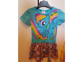 Mysig söt My Little Pony Rainbow dash klänning stl ca 3-4år. Sparsamt använd. - Vara - Mysig söt My Little Pony Rainbow dash klänning stl ca 3-4år. Sparsamt använd. - Vara