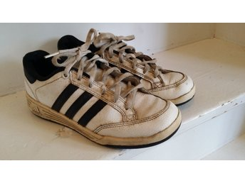 Adidas skor i stl 35, (21, 5 cm ). Ok begagnat skick.