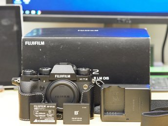 Fujifilm X-T2 Mirrorless System Camera Body for Fuji X. - Stockholm - Fujifilm X-T2 Mirrorless System Camera Body for Fuji X. In very good condition with no scratch anywhere. Go with original box, strap, charger, cable, battery, one leather case and one extra battery. https://www.fujifilm.eu/se/produkter/digital - Stockholm