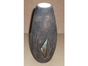 Javascript är inaktiverat. - Väddö - Vas Tilgmans keramik, made in Sweden nr 626.20 cm hög och 9 cm i diameter. Vasen har ett härligt mönster i grönt och brunt. Mycket fint skick.Jag packar omsorgsfullt. Kan även hämtas på Väddö, norr om Norrtälje. Maila gärna om du har  - Väddö