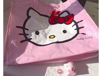 Hello Kitty Väska/Förvaringsväska PP-Bag + Pin + Godisfigurin  - Sanrio