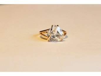 Underbart vacker ring med cz-diamant 18mm