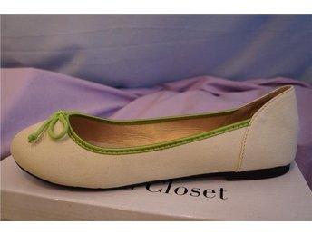 Javascript är inaktiverat. - Norrtälje - Design skor i beige/off white med grön bård och rosett fram. Du bär ett litet konstverk. Nya! Material, läder, textil och gummisula. Storlek 41. Design Ballerina Closet. - Norrtälje