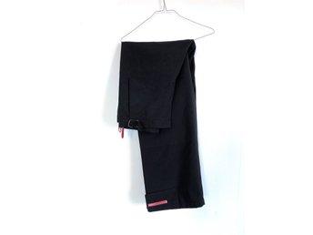 Javascript är inaktiverat. - Bagarmossen - Prada - Track pants/byxor/trousers - Svart - 50I tjockare material, 71% Nylon, 29% Polyester. Kardborre-logga vid benslut. Storlek: 50 (Medium/Large) Färg: Svart Perfekt skick, se bilder. Minimala tecken på användning, några lösa tråda - Bagarmossen