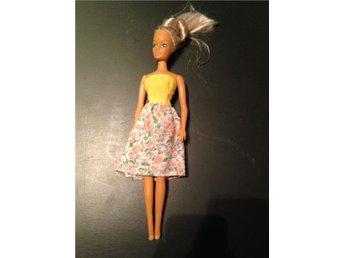 Barbie med uppsatt hår och blommig klänning - Skurup - Barbie med uppsatt hår och blommig klänning - Skurup