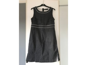Svartvit prickig klänning, storlek 42 (406142166) ᐈ Köp på