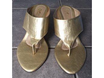 NYA! Sandaletter i guld, skor, kilklack, storlek 37. Sommar, midsommar, semester