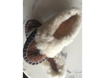 Nya fårskinn tofflor i äkta päls skor med rejäl sula [38/39] - Solna - Handgjorda tofflor i fårskinn.Sulade. Sulan lång 25cm. Passar liten 39 eller 38,5.Skick: nyaPå sulan står det endast 9 - Solna