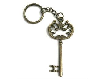 Nyckelring - STOR silverfärgad nyckel (259004583) ᐈ Skalfynd på Tradera 4cb57b5012002